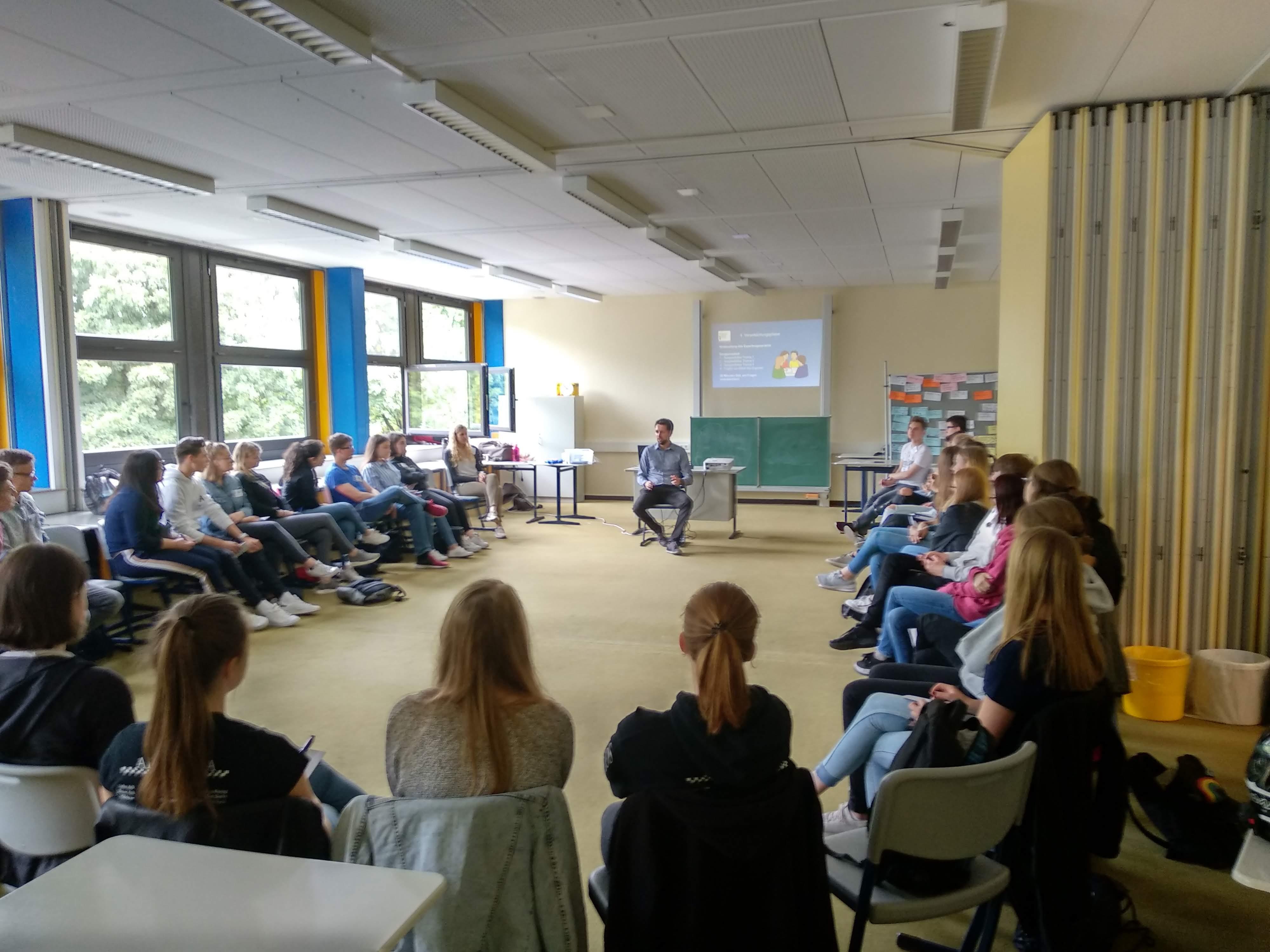 Martin Mödder umringt von den wissbegierigen Schüler_innen des Anne-Frank Gymnasiums Werne. (Zukunftswerkstatt für Jugendliche in Werne, 09.07.2019.)